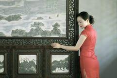 Κινεζικό πρότυπο cheongsam στον κινεζικό κλασσικό κήπο Στοκ φωτογραφία με δικαίωμα ελεύθερης χρήσης