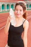 Κινεζικό πόσιμο νερό γυναικών μετά από Στοκ Φωτογραφίες
