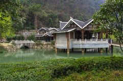 Κινεζικό σπίτι κοντά στη λίμνη κατά τη διάρκεια της πρώιμης άνοιξης Στοκ Εικόνες