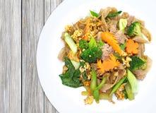 Κινεζικό τηγανισμένο νουντλς με το χοιρινό κρέας, αυγό στοκ εικόνες με δικαίωμα ελεύθερης χρήσης