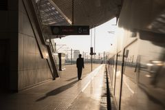 Κινεζικό τραίνο υψηλής ταχύτητας στο σταθμό κόκκινο ηλιοβασίλεμα τοπίων χρωμάτων δονούμενο Στοκ εικόνα με δικαίωμα ελεύθερης χρήσης