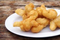 Κινεζικό τσιγαρισμένο Doughstick στο πιάτο Στοκ φωτογραφίες με δικαίωμα ελεύθερης χρήσης
