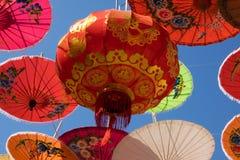 Κινεζικό φανάρι με τις ομπρέλες Στοκ εικόνα με δικαίωμα ελεύθερης χρήσης