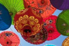 Κινεζικό φανάρι με τις ομπρέλες Στοκ φωτογραφία με δικαίωμα ελεύθερης χρήσης