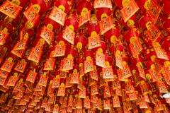 Κινεζικό φανάρι που ευλογεί για το Θεό του πλούτου στον κινεζικό ναό Στοκ Εικόνες