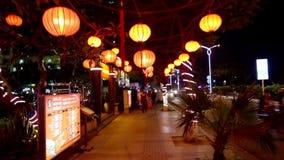 Κινεζικό φανάρι στην άποψη νύχτας οδών σχετικά με τον τρόπο απόθεμα βίντεο