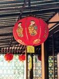 Κινεζικό φανάρι το αγόρι και το κορίτσι που καλύπτονται με στοκ εικόνες