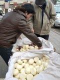 Κινεζικό ψωμί ατμού προμηθευτών πωλώντας Στοκ εικόνες με δικαίωμα ελεύθερης χρήσης