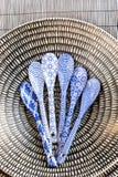 Κινεζικό dishware πορσελάνης με τα μικρά χρωματισμένα κουτάλια μέτρου Στοκ φωτογραφίες με δικαίωμα ελεύθερης χρήσης