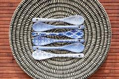 Κινεζικό dishware πορσελάνης με τα μικρά κουτάλια Στοκ εικόνα με δικαίωμα ελεύθερης χρήσης