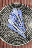 Κινεζικό dishware πορσελάνης με τα χρωματισμένα κουτάλια Στοκ Φωτογραφίες