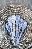 Κινεζικό dishware πορσελάνης με τα χρωματισμένα κουτάλια Στοκ Εικόνες