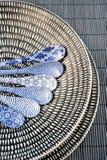 Κινεζικό dishware πορσελάνης με τα χρωματισμένα κουτάλια Στοκ εικόνα με δικαίωμα ελεύθερης χρήσης