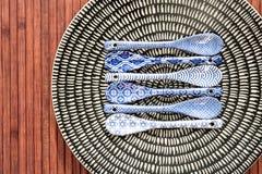 Κινεζικό dishware πορσελάνης με τα χρωματισμένα κουτάλια Στοκ φωτογραφίες με δικαίωμα ελεύθερης χρήσης