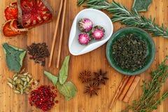 Κινεζικό jasmine Oolong τσάι Moli Yu Lun Tao σε ένα άσπρο κύπελλο και κινεζικός δεσμός Guan Yin τσαγιού Oolong πράσινος σε ένα πρ Στοκ Εικόνες