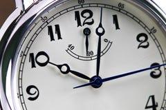 Κινηματογράφηση σε πρώτο πλάνο άτομα ` s wristwatch που απομονώνονται στο άσπρο υπόβαθρο Στοκ εικόνα με δικαίωμα ελεύθερης χρήσης