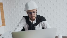 Κινηματογράφηση σε πρώτο πλάνο Άτομο αρχιτεκτόνων που εργάζεται με το lap-top και τα σχεδιαγράμματα, επιθεώρηση μηχανικών στον ερ φιλμ μικρού μήκους