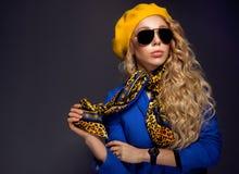 Κινηματογράφηση σε πρώτο πλάνο ένα κορίτσι κίτρινο beret και τη φθορά της τοποθέτησης γυαλιών ηλίου Στοκ εικόνες με δικαίωμα ελεύθερης χρήσης