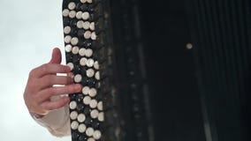 Κινηματογράφηση σε πρώτο πλάνο ακκορντέον παιχνιδιού χεριών μουσικών στις σκιές σκηνικών φω'των φιλμ μικρού μήκους