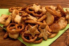 Κινηματογράφηση σε πρώτο πλάνο αλατισμένο pretzel στο ξύλινο υπόβαθρο στοκ εικόνες