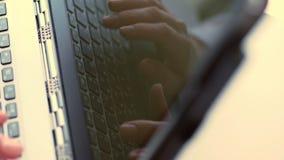 Κινηματογράφηση σε πρώτο πλάνο, αντανάκλαση στην οθόνη lap-top Καλλιεργημένος πυροβολισμός των χεριών της επιχειρησιακής γυναίκας απόθεμα βίντεο
