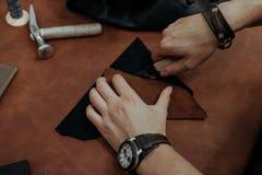Κινηματογράφηση σε πρώτο πλάνο Αρσενικός κύριος χεριών που κόβεται με ένα μαχαίρι για να ξεφλουδίσει τα προϊόντα η τρισδιάστατη ε Στοκ εικόνες με δικαίωμα ελεύθερης χρήσης