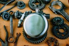 Κινηματογράφηση σε πρώτο πλάνο γύρω από τη φιάλη χάλυβα στο κέντρο των σκουριασμένων εργαλείων, εργαλεία στο υπόβαθρο Εξοπλισμός  στοκ φωτογραφίες με δικαίωμα ελεύθερης χρήσης