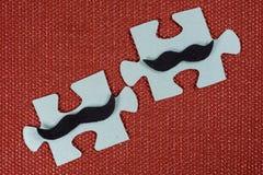 Κινηματογράφηση σε πρώτο πλάνο δύο μερών του γρίφου Συμβολικά άτομα με ένα mustache Η έννοια της ψυχολογικής συμβατότητας, φιλία Στοκ Εικόνα