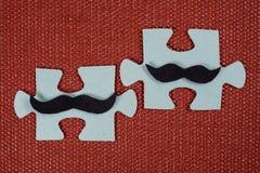 Κινηματογράφηση σε πρώτο πλάνο δύο μερών του γρίφου Συμβολικά άτομα με ένα mustache Η έννοια της ψυχολογικής συμβατότητας, φιλία Στοκ Εικόνες