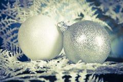 Κινηματογράφηση σε πρώτο πλάνο δύο μπιχλιμπιδιών Χριστουγέννων στοκ εικόνες