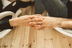 Κινηματογράφηση σε πρώτο πλάνο δύο χεριών που ενώνονται στοργικά από κοινού Έννοια της αγάπης μεταξύ του ζεύγους στοκ φωτογραφία