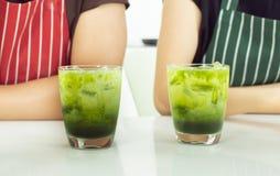 Κινηματογράφηση σε πρώτο πλάνο δύο glases του πράσινου τσαγιού στοκ φωτογραφία
