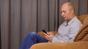 Κινηματογράφηση σε πρώτο πλάνο ενός αρσενικού μηνύματος κειμένου δακτυλογράφησης στο κινητό τηλέφωνο απόθεμα βίντεο