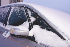 Κινηματογράφηση σε πρώτο πλάνο ενός αυτοκινήτου που καλύπτεται με το χιόνι Στοκ Φωτογραφίες