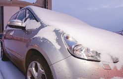 Κινηματογράφηση σε πρώτο πλάνο ενός αυτοκινήτου που καλύπτεται με το χιόνι Στοκ Εικόνα
