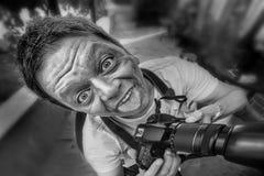 Κινηματογράφηση σε πρώτο πλάνο ενός δημοσιογράφου/ενός φωτογράφου Στοκ Εικόνες