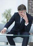 Κινηματογράφηση σε πρώτο πλάνο ενός επιτυχούς επιχειρηματία με ένα smartphone Στοκ Εικόνα
