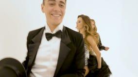 Κινηματογράφηση σε πρώτο πλάνο ενός θηλυκού τραγουδιστή σε ένα παλαιό φόρεμα Με τους χορεύοντας χορευτές μπαλέτου της Η κάμερα ακ φιλμ μικρού μήκους