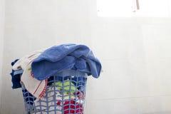 Κινηματογράφηση σε πρώτο πλάνο ενός καθαρού καλαθιού πλυντηρίων στο πλυντήριο στοκ φωτογραφία