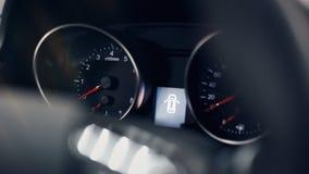 Κινηματογράφηση σε πρώτο πλάνο ενός καμμένος όμορφου ταμπλό ενός σύγχρονου ακριβού αυτοκινήτου στοκ εικόνα