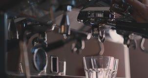 Κινηματογράφηση σε πρώτο πλάνο ενός καφέ μηχανών που κάνει ένα καυτό ιταλικό Espresso απόθεμα βίντεο