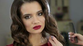 Κινηματογράφηση σε πρώτο πλάνο ενός κομμωτή που κάνει hairstyle για ένα νέο κορίτσι σγουρό τρίχωμα απόθεμα βίντεο