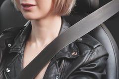 Κινηματογράφηση σε πρώτο πλάνο ενός κοριτσιού σε ένα αυτοκίνητο που στερεώνεται με μια ζώνη ασφαλείας Στοκ εικόνα με δικαίωμα ελεύθερης χρήσης
