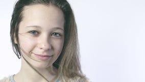 Κινηματογράφηση σε πρώτο πλάνο ενός κοριτσιού χαμόγελου με την ανάπτυξη της τρίχας στο πρόσωπό της όμορφο κορίτσι φωτογραφι Σ φιλμ μικρού μήκους