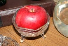 Κινηματογράφηση σε πρώτο πλάνο ενός μήλου σε ένα κύπελλο κρυστάλλου Στοκ Φωτογραφία