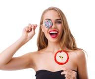 Κινηματογράφηση σε πρώτο πλάνο ενός νέου κοριτσιού με τα lollipops στις διαφορετικές μορφές, που απομονώνεται στο άσπρο υπόβαθρο στοκ εικόνες