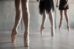 Κινηματογράφηση σε πρώτο πλάνο ενός νέου μπαλέτου στοκ εικόνες