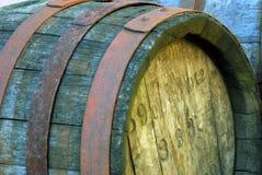 Κινηματογράφηση σε πρώτο πλάνο ενός ξύλινου βαρελιού κρασιού στοκ εικόνες