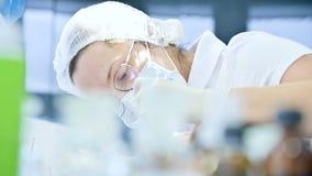 Κινηματογράφηση σε πρώτο πλάνο ενός οδοντιάτρου γυναικών που εξετάζει τη στοματική κοιλότητα ενός θηλυκού ασθενή στην ηλικία Υψηλ απόθεμα βίντεο