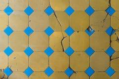 Κινηματογράφηση σε πρώτο πλάνο ενός παλαιού κεραμιδιού πατωμάτων με ένα δίχρωμο σχέδιο Προκαλεσμένα σκασίματα κεραμίδια πατωμάτων Στοκ Εικόνες